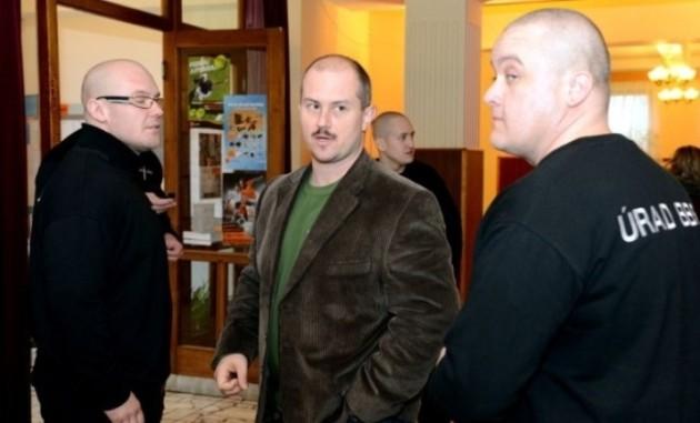 Marek Kotleba (vľavo) s Bratom Marianom na Úrade BB SK. (zdroj foto: www.bystricoviny.sk)